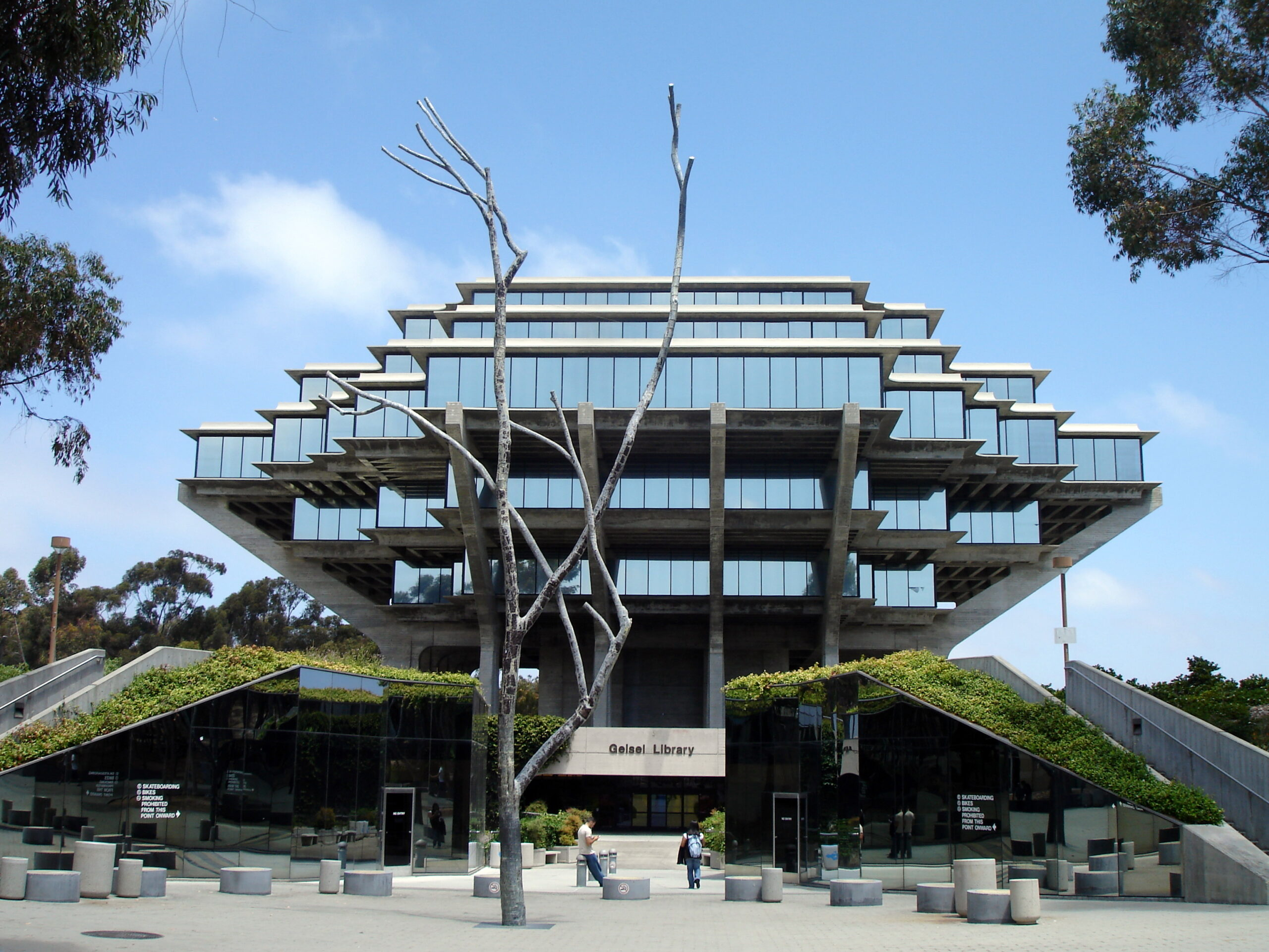The Geisel Library (1968) at University of California in San Diego, designed by William Pereira in the style of Brutalism
